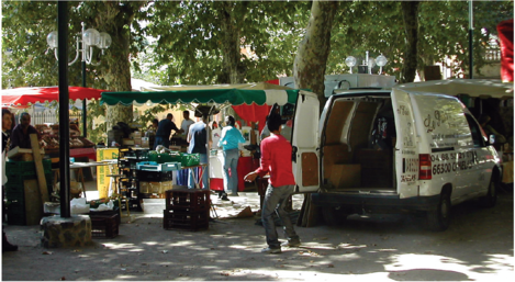 Organised street Market in Collioure, France.png