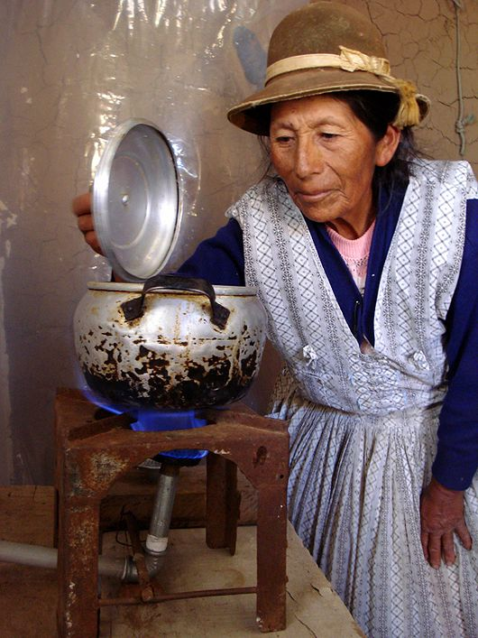 File:GIZ Pacheco Bolivia cooking with biogas.jpg